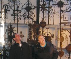 Besichtigung des Grabkreuz-Museeums in Ebersberg